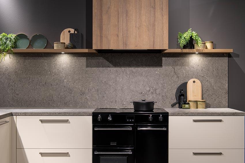 Keuken met grijze achterwand