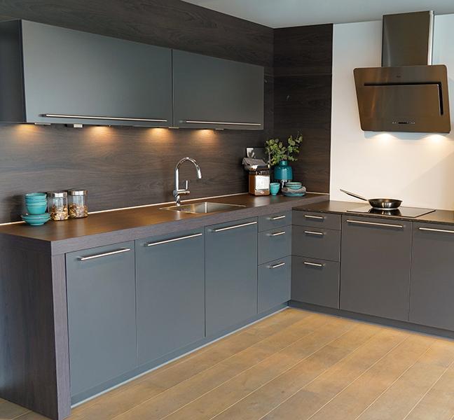 Grijze keuken met houten aanrechtblad