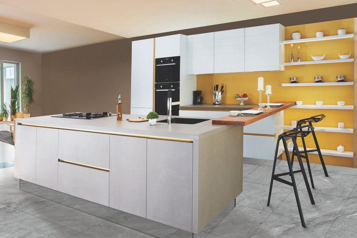 gele achterwand keuken