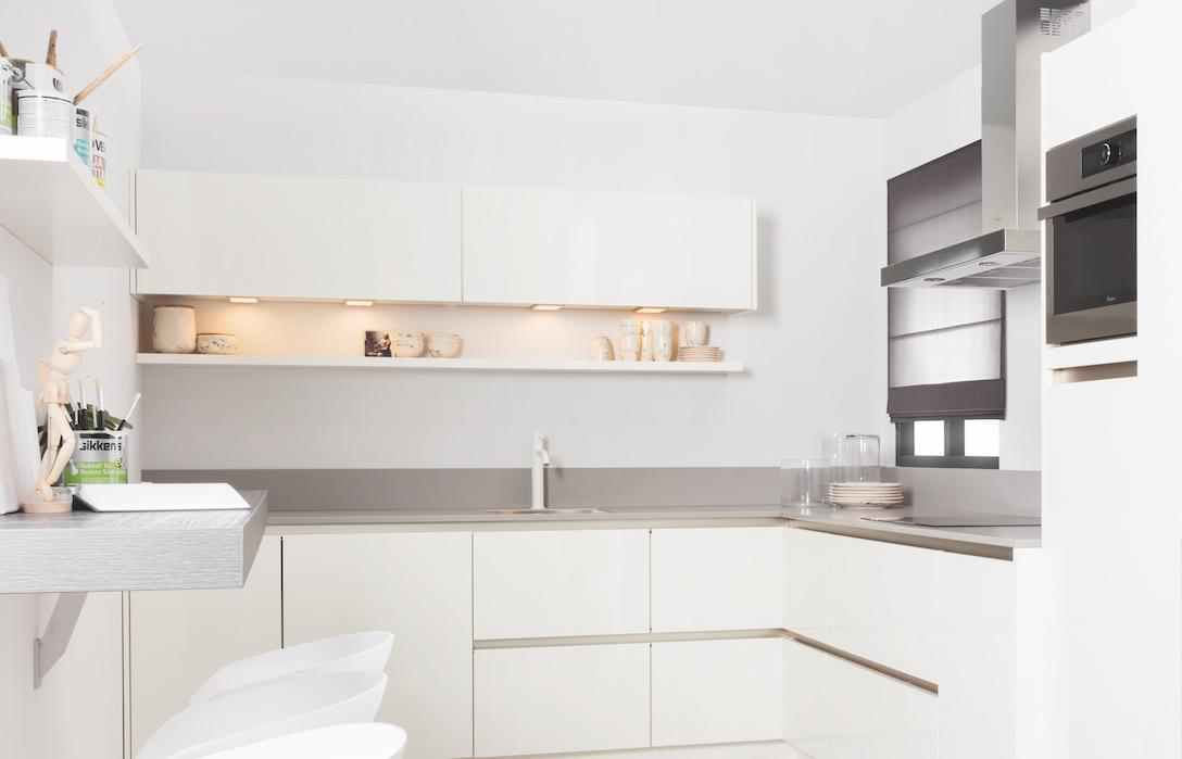 Keuken met witte bovenkasten