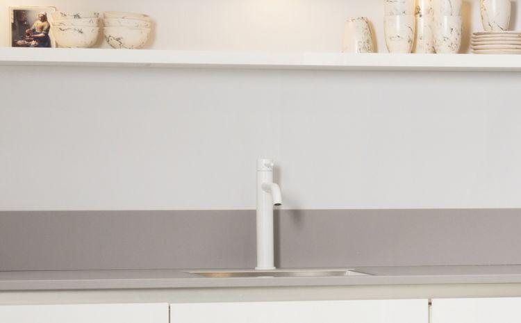 Eenvoudig wit - witte kraan