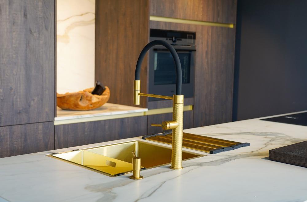 Keramisch werkblad met gouden elementen