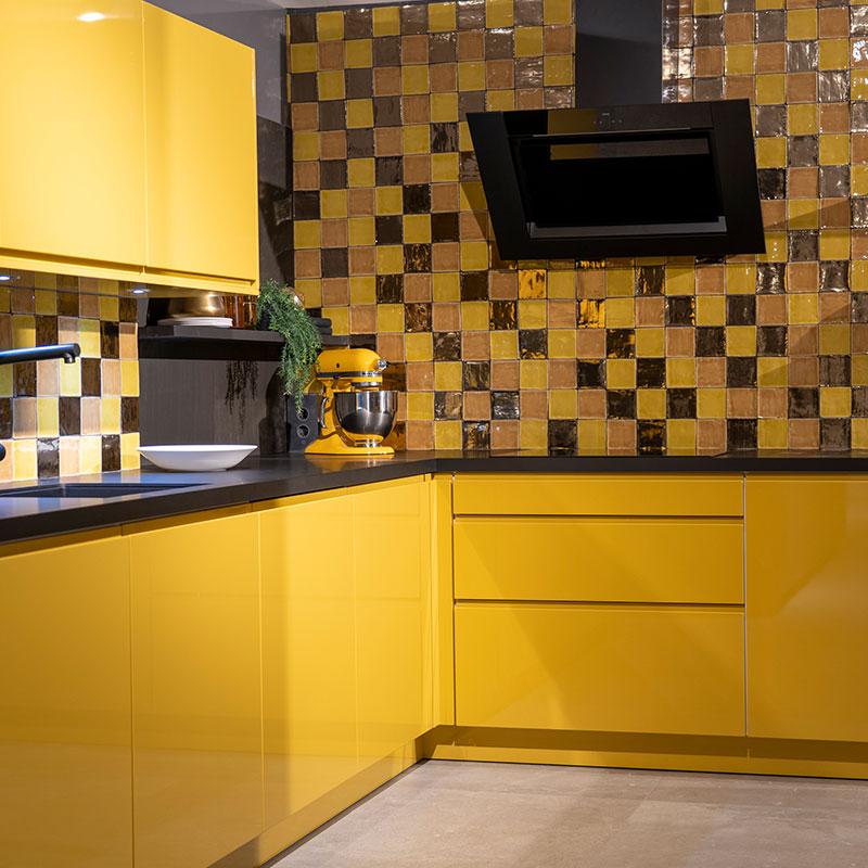 Gele keukenkasten