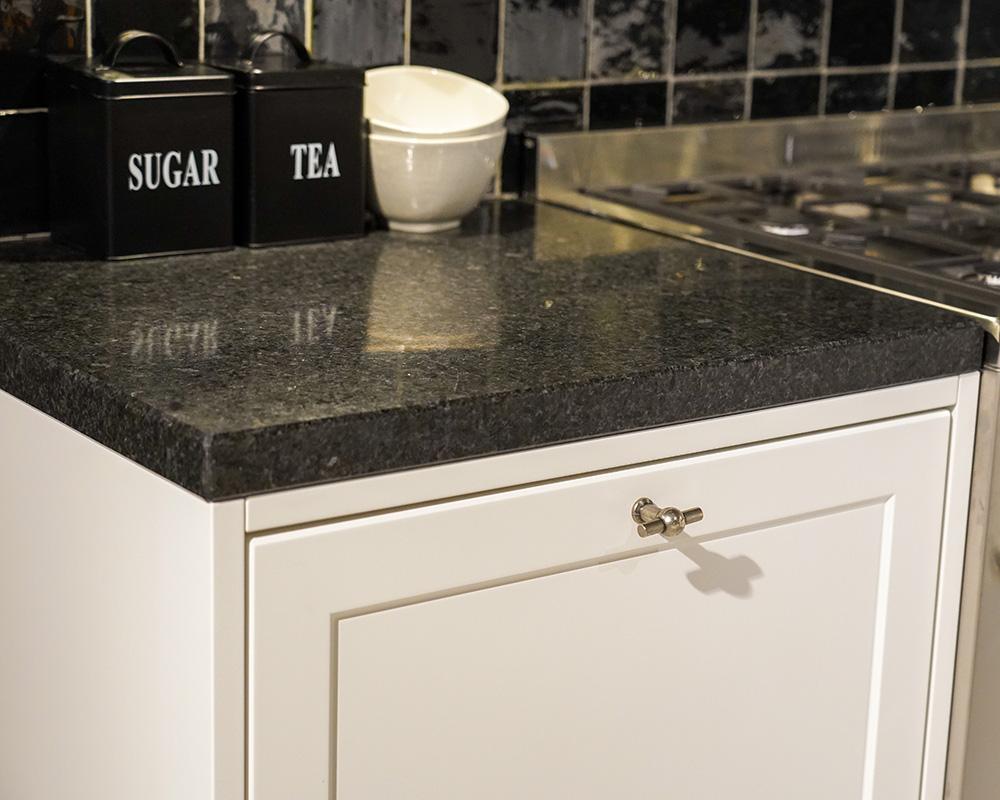 Witte keuken met zwart graniet