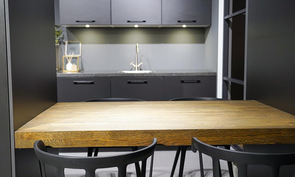 Houten werkblad gecombineerd in een zwarte keuken