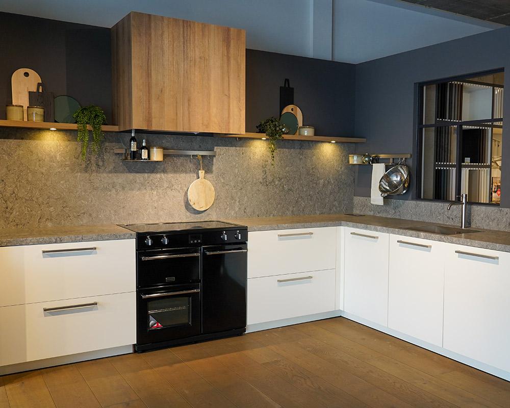 Witte keuken met composiet werkblad