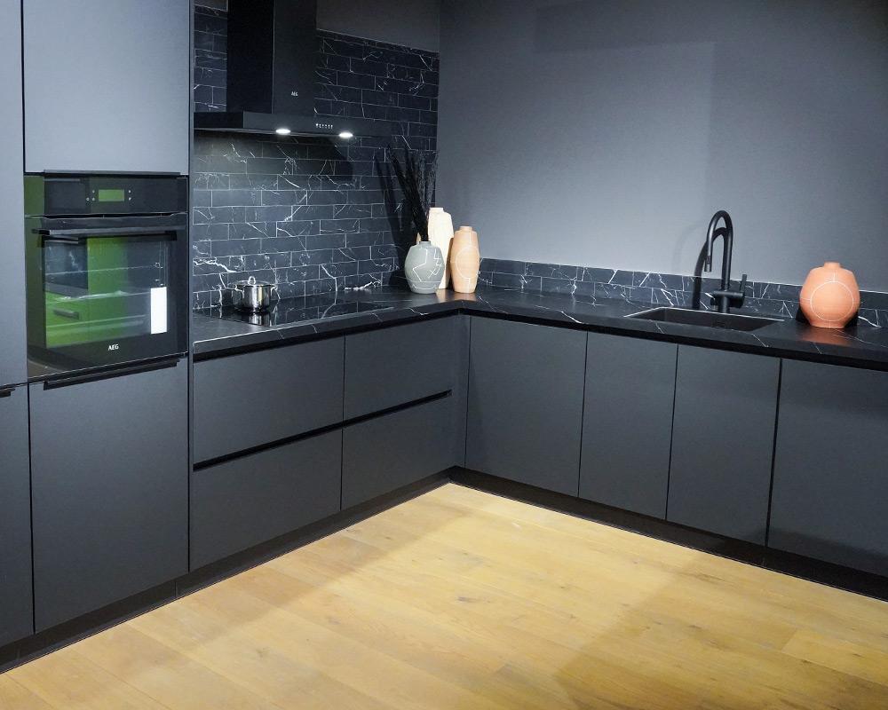 Zwarte keuken met zwart composiet werkblad