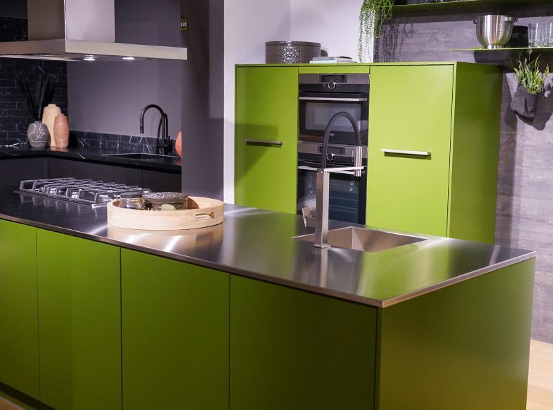 Keuken met RVS werkblad