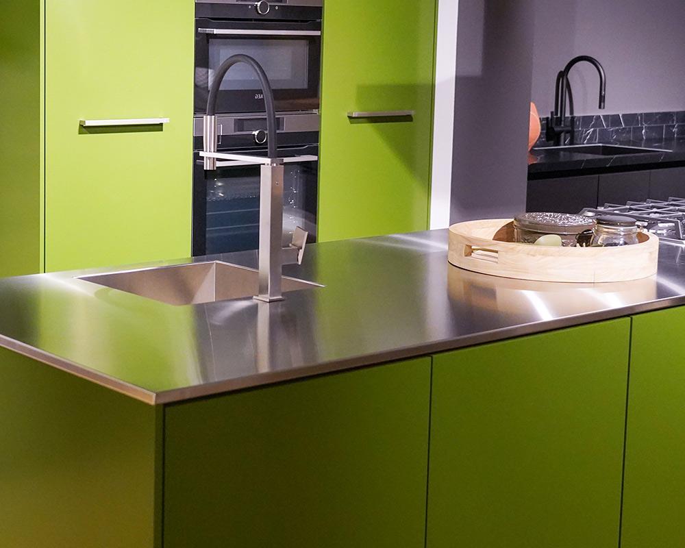 Groene keuken met RVS aanrechtblad